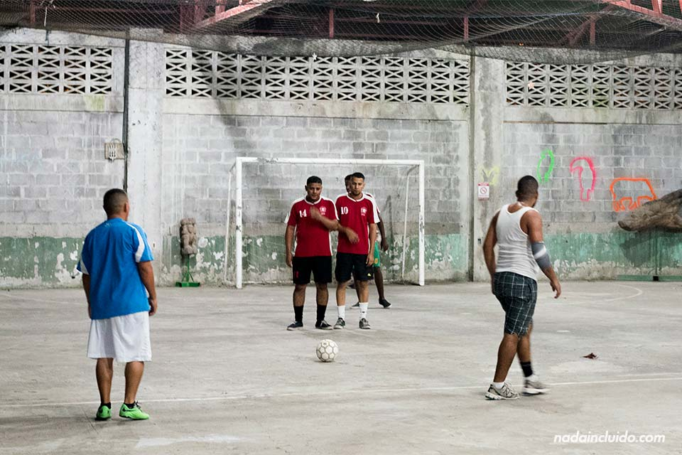 Partido de fútbol en Tortuguero (Costa Rica)