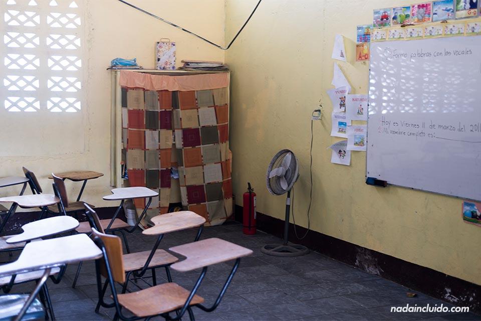 Aula vacía en el colegio de Tortuguero (Costa Rica)