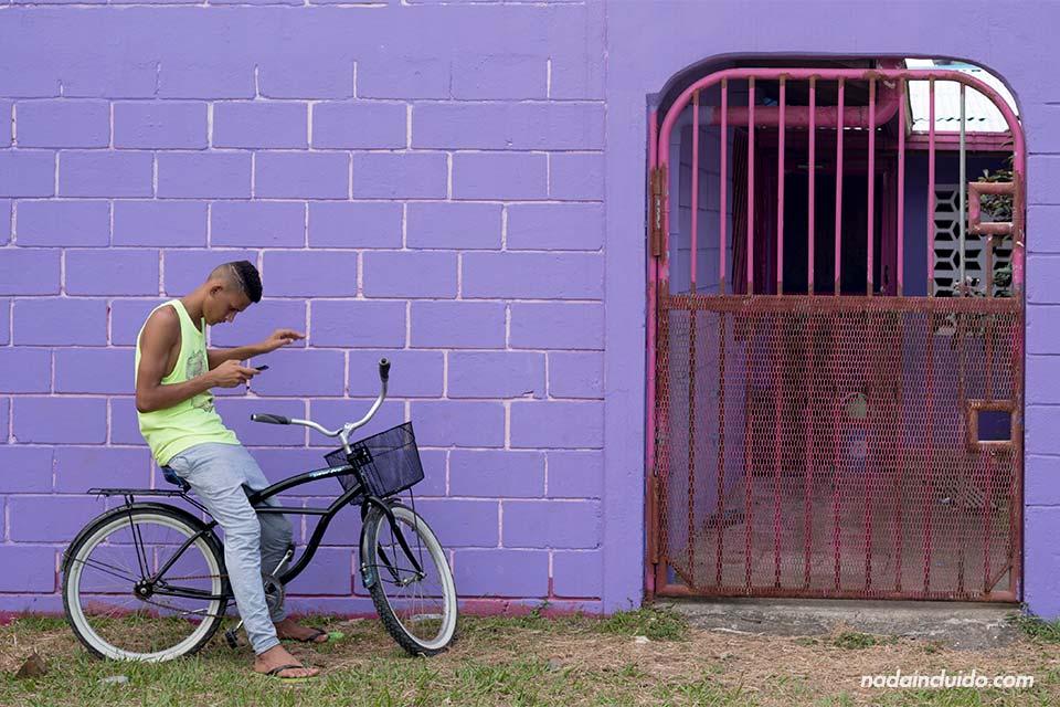 Chico en bicicleta por Tortuguero (Costa Rica)