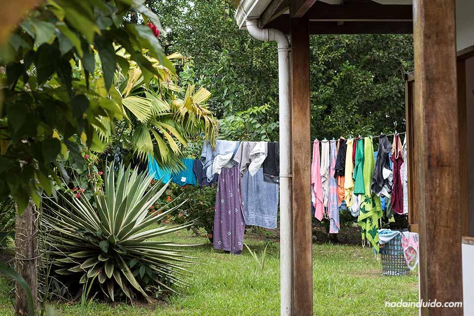 Ropa tendida en el jardín de una casa de Tortuguero (Costa Rica)