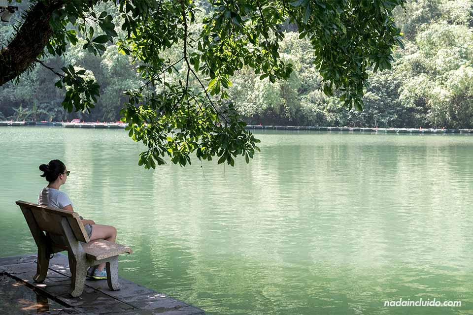 Sentada en un banco con vistas a Trang An, Ninh Binh (Vietnam)