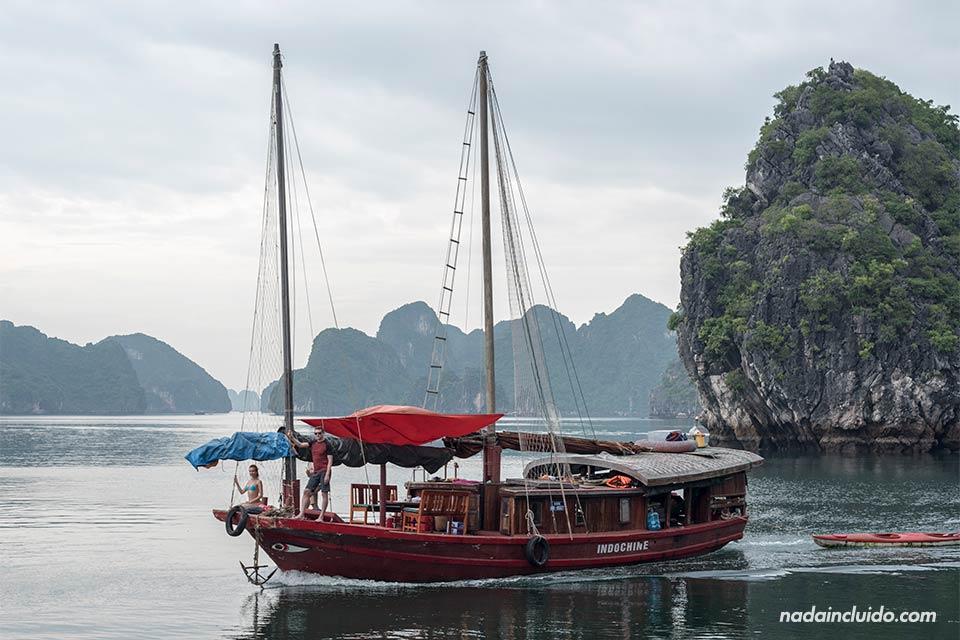 Barco de velas recorre la Bahía de Lan Ha (Vietnam)