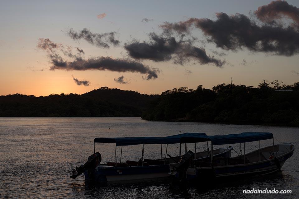 Atardecer en el puerto de Boca Chica, lugar de salida de los barcos al parque nacional marino golfo de Chiriqui (Panamá)