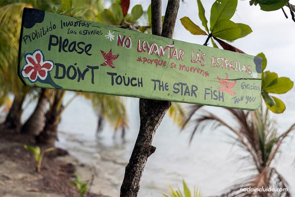 """""""No toque las estrellas"""" indica un cartel en la playa de las Estrellas de isla Colón (Bocas del Toro, Panamá)"""