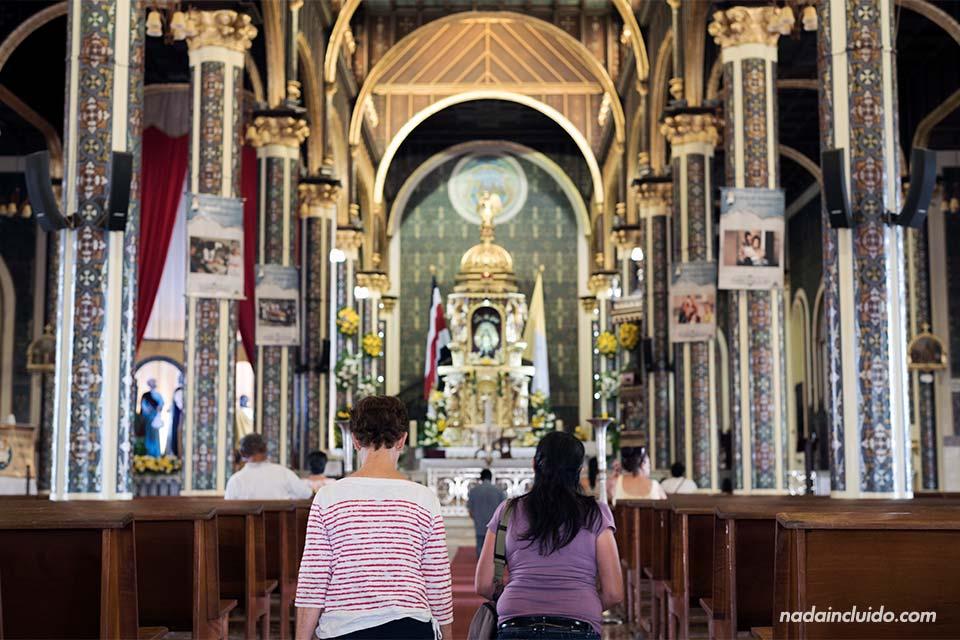 Dos mujeres rezan en la Basílica de Nuestra Señora de los Ángeles en Cartago (Costa Rica)