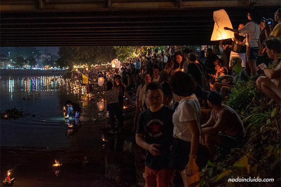 Lanzando Loy Krathong y Yee Peng bajo el puente Nawarat de Chiang Mai (Tailandia)