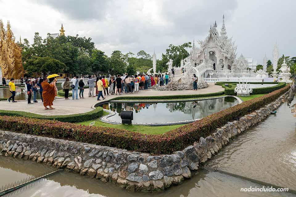 Turistas en el Wat Rong Khun, el templo blanco de Chiang Rai (Tailandia)