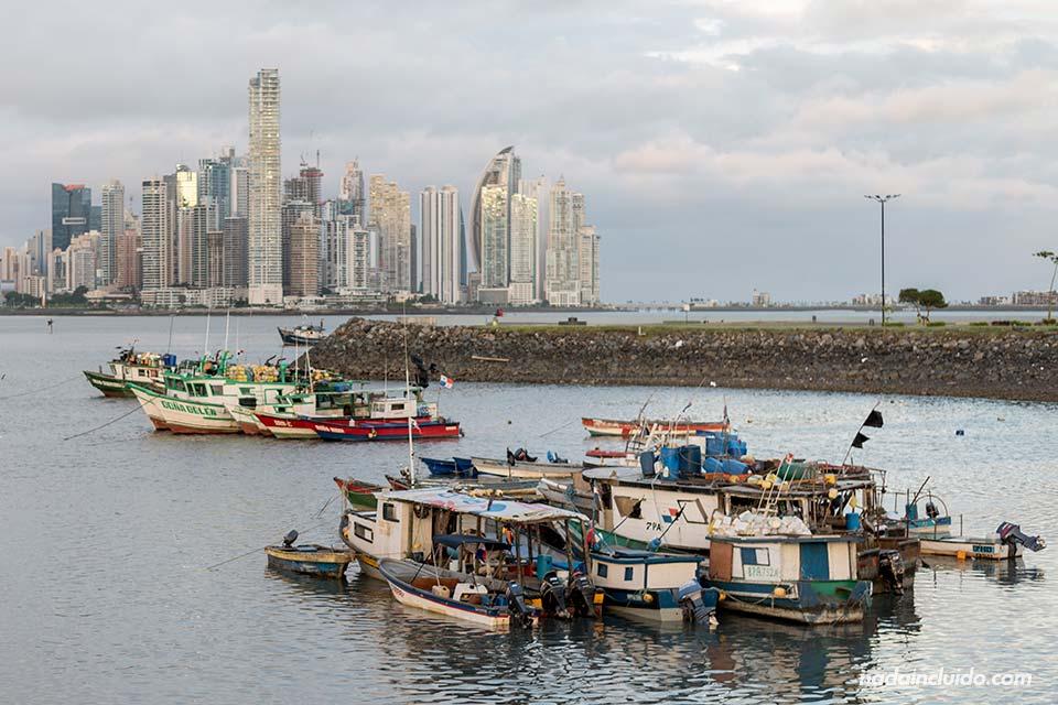 Barcos de pesca junto al casco antiguo de ciudad de Panamá