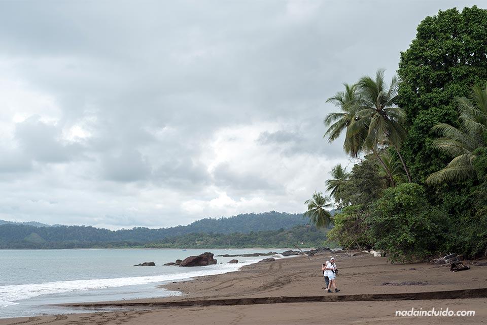 Turistas haciendo fotos en playa Colorada, en Bahía Drake (Costa Rica)