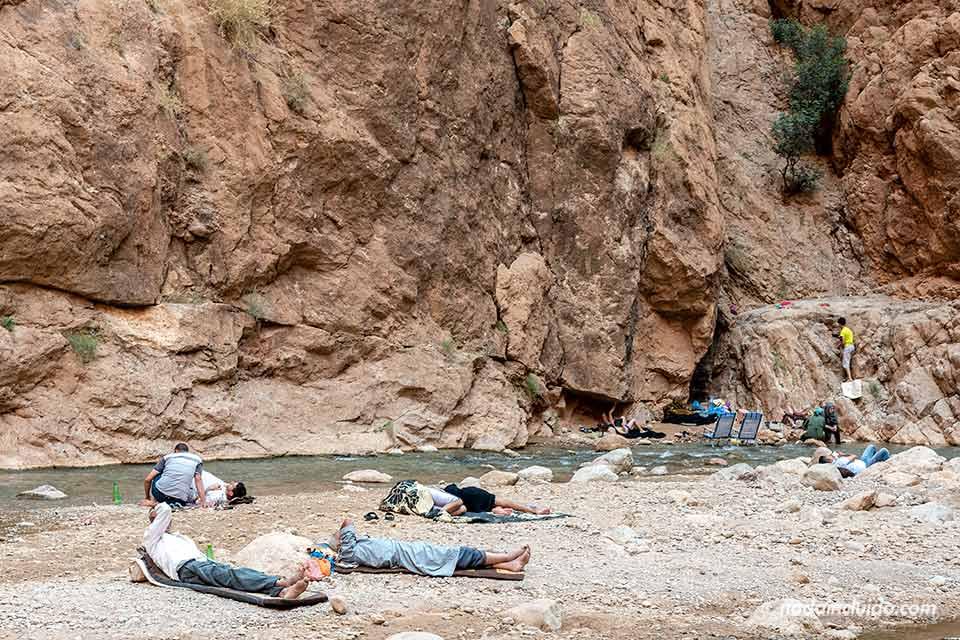 Lugareños descansando en las gargantas del Todra (Marruecos)