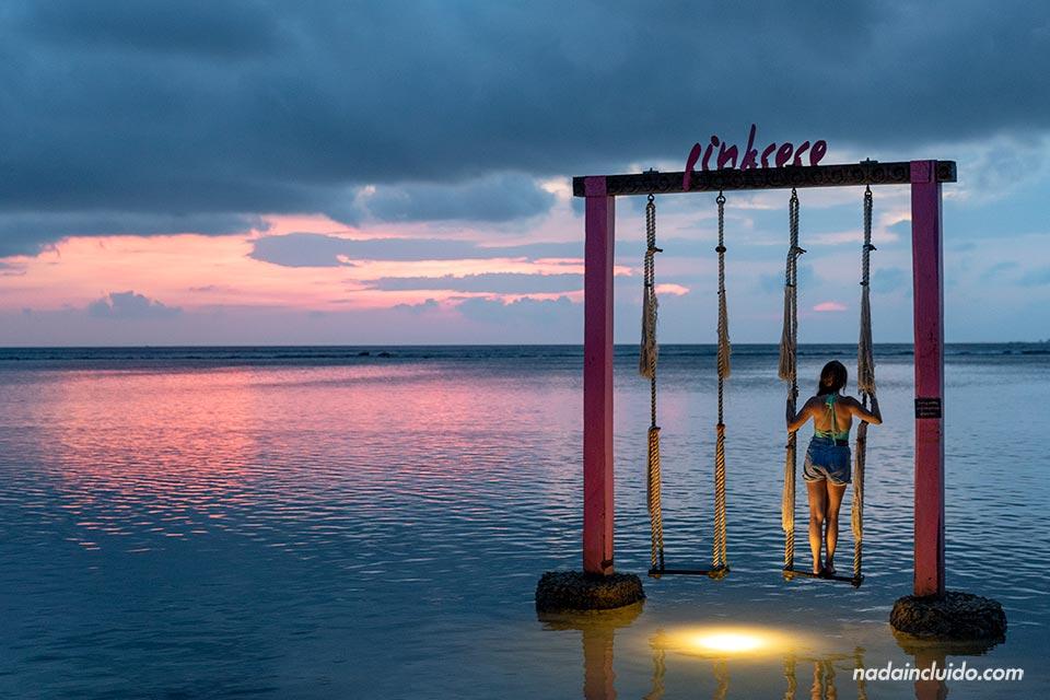 Turista viendo el atardecer en islas Gili (Indonesia)