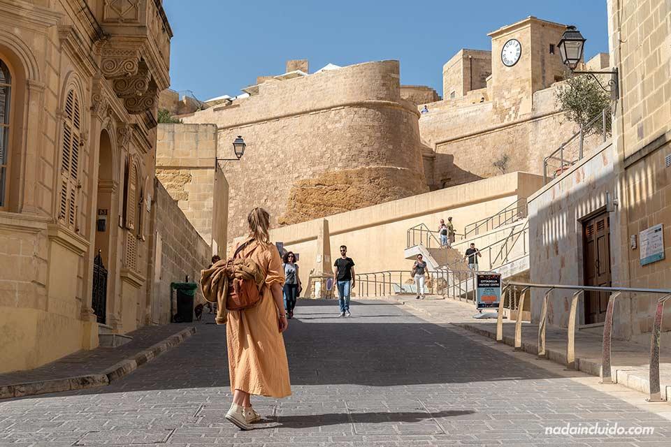 Yendo a la ciudadela de Victoria en la isla de Gozo (Malta)