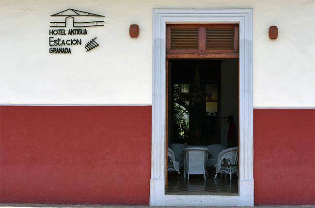 Puerta del Hotel Antigua Estación en la calle de la Inmaculada de Granada (Nicaragua)