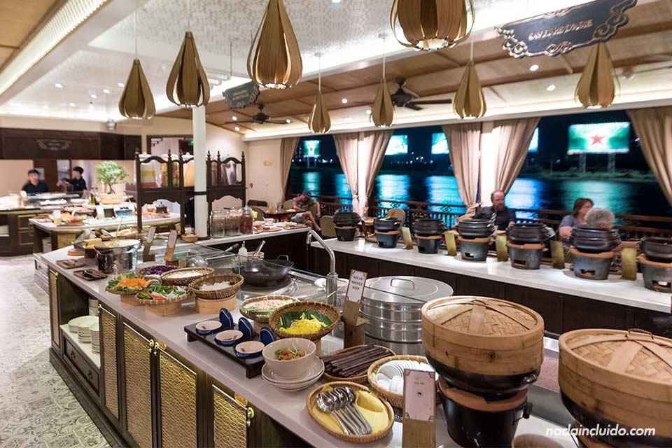 Comida bufet en el Bonsai Cruise, Ho Chi Minh (Vietnam)