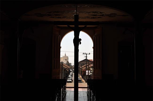 Crucifijo mirando a la calle en el interior de la Iglesia El Calvario de León (Nicaragua)