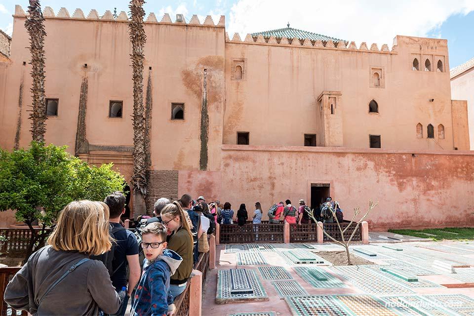 Turistas en las Tumbas Saadies de Marrakech (Marruecos)