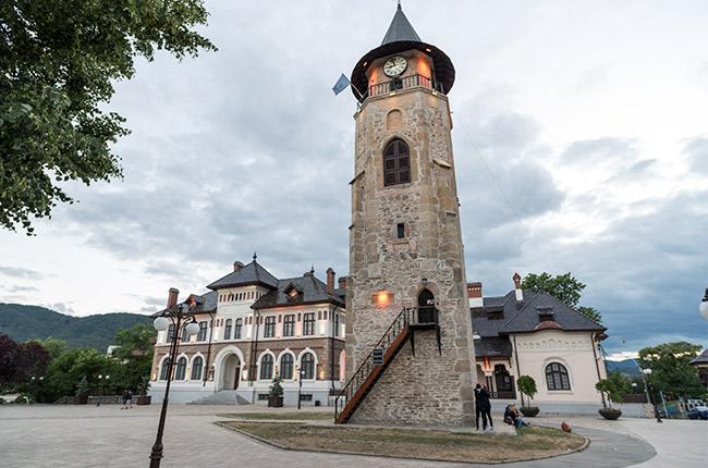 Torre del reloj en el centro de Piatra Neamt (Rumanía)