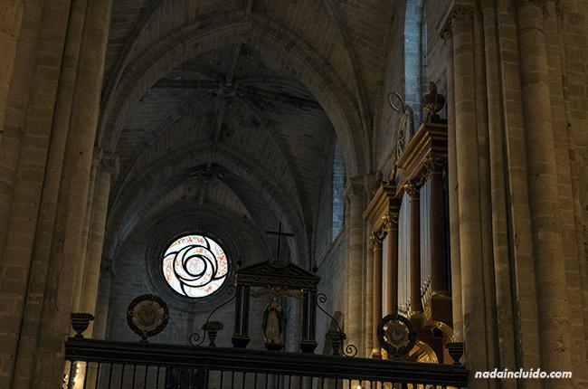 Vidriera en la catedral de Santo Domingo de la Calzada (Rioja, España)