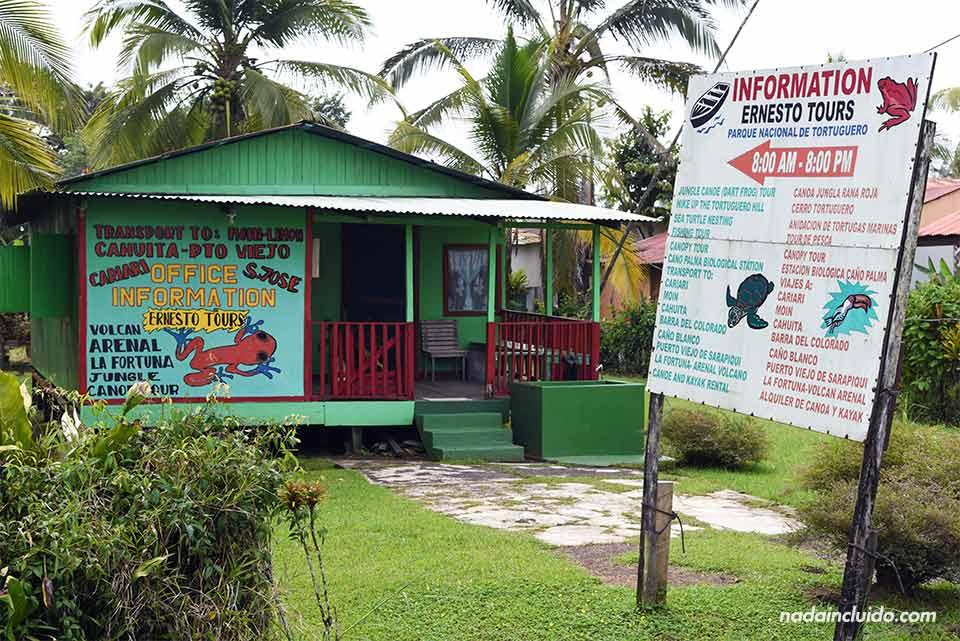 Oficina de Ernesto Tours en el pueblo de Tortuguero (Costa Rica)