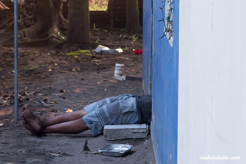 Hombre descansa tumbado en la puerta de su casa, Tortuguero (Costa Rica)