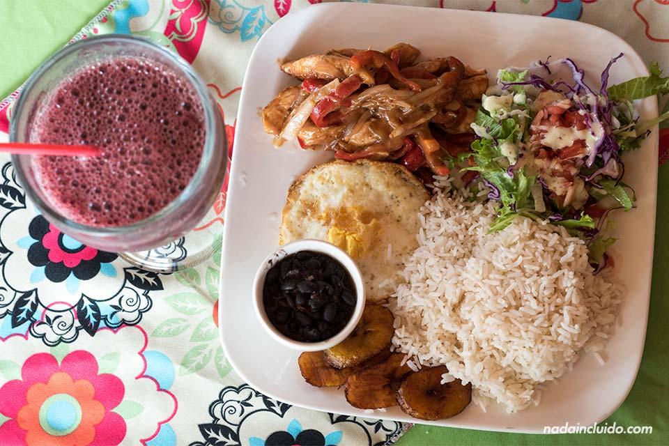 Casado con batido en el restaurante Fresh Foods de Tortuguero (Costa Rica)