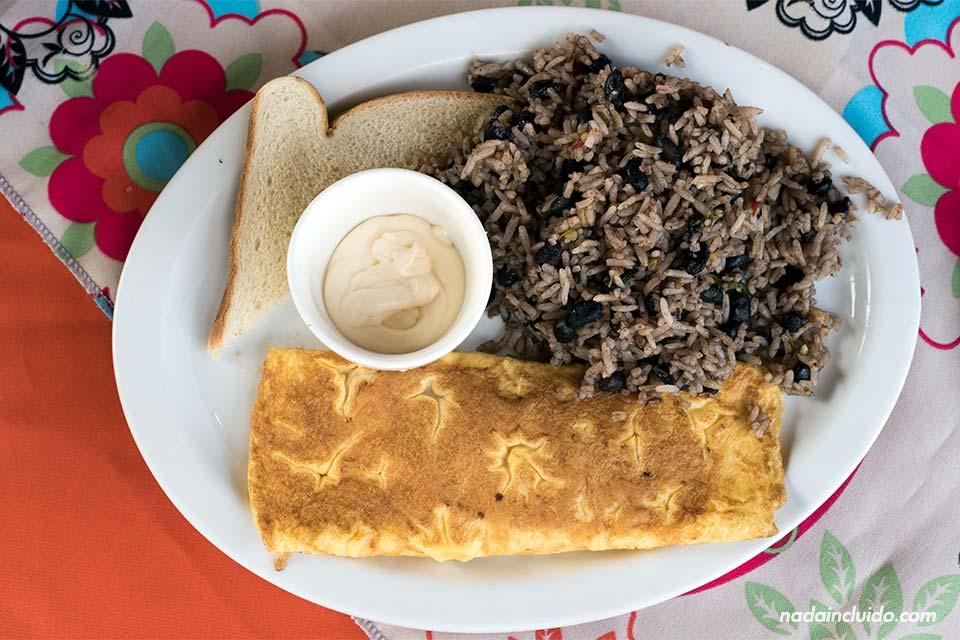 Desayuno de gallo pinto con tortilla en el restaurante Fresh Foods de Tortuguero (Costa Rica)