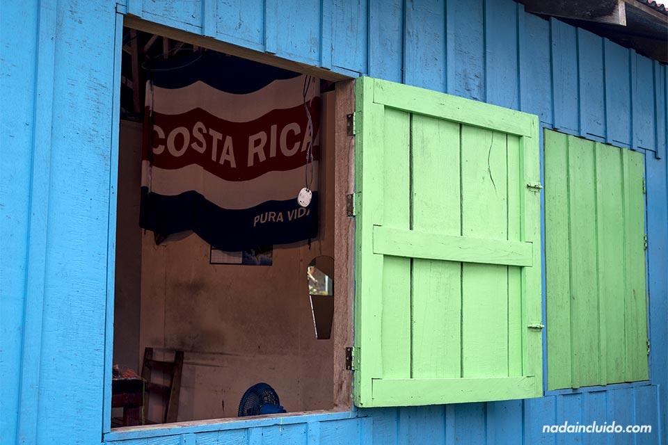 Bandera de Costa Rica en un tienda de Tortuguero