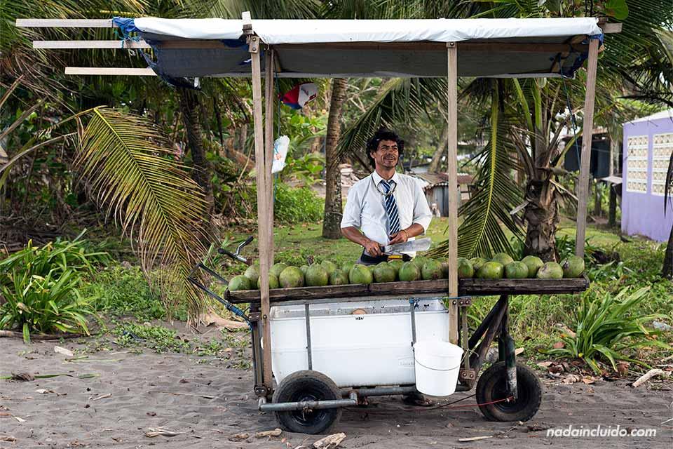 Vendedor de cocos en Tortuguero (Costa Rica)