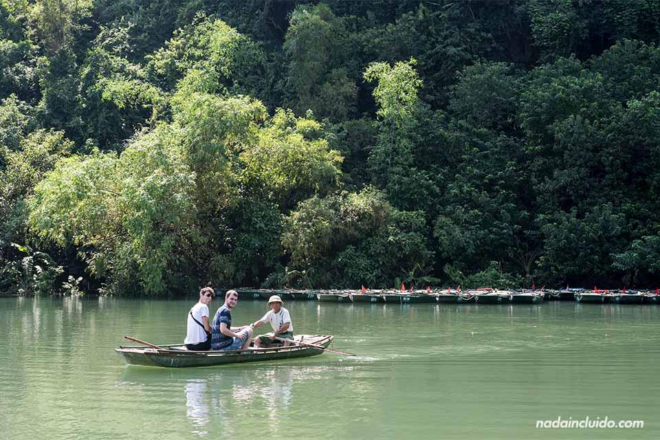Paseando por Trang An en barca, Ninh Binh (Vietnam)