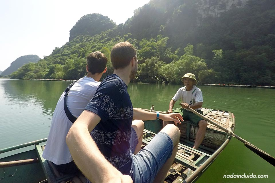 Recorriendo Trang An en barca, Ninh Binh (Vietnam)