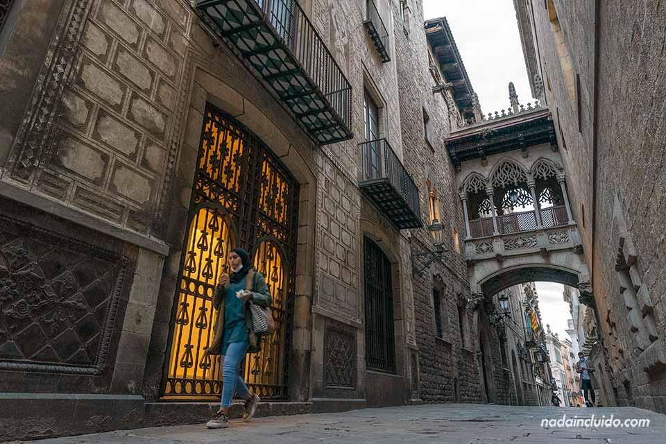 Viandante junto al Pont del Bisbe en el barrio Gótico de Barcelona