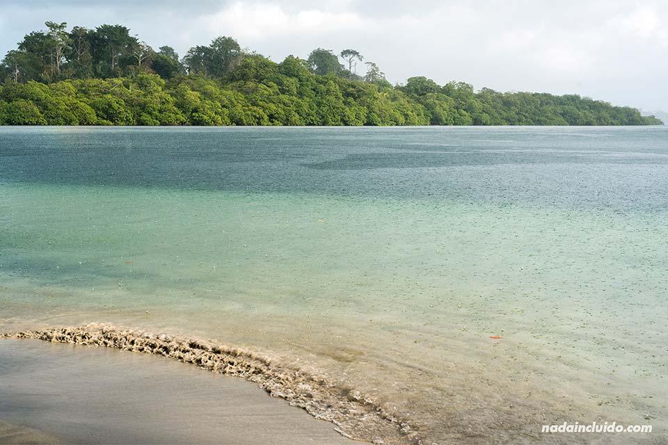 Llueve en la playa de las Estrellas de Bocas del Toro (Panamá)