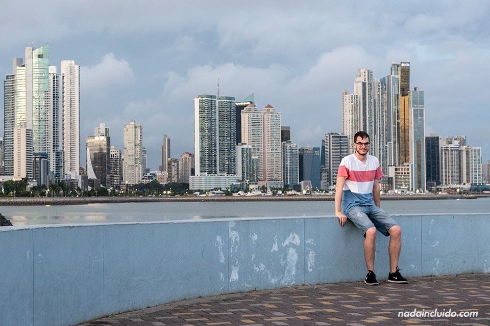 Viendo la Cinta Costera desde un mirador en ciudad de Panamá