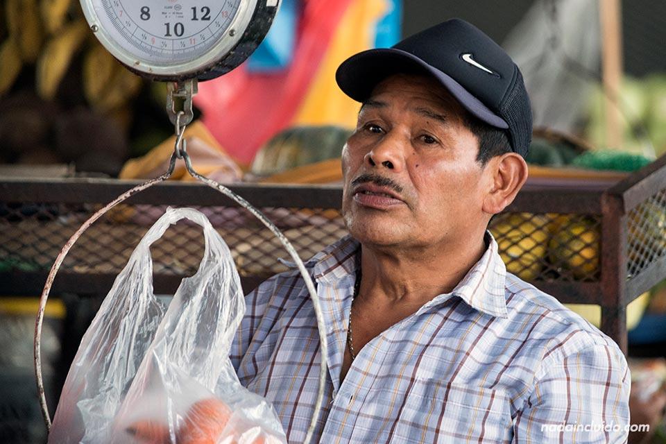 Dependiente panameño en el mercado del Valle de Antón (Panamá)