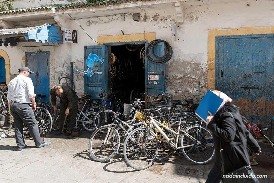 Tienda de bicicletas en la medina de Essaouira (Marruecos)