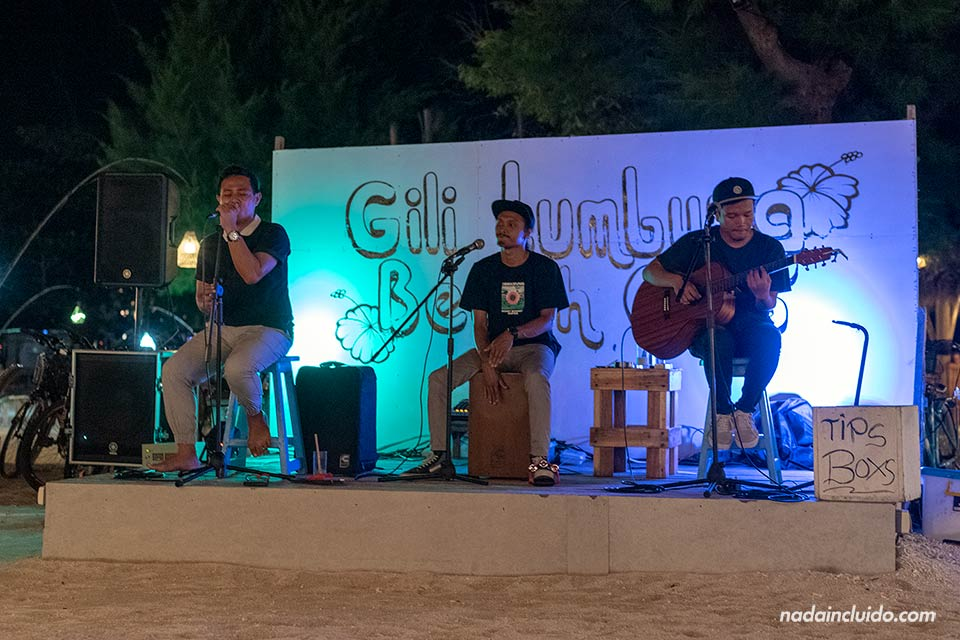 Música en directo en un bar de islas Gili (Indonesia)