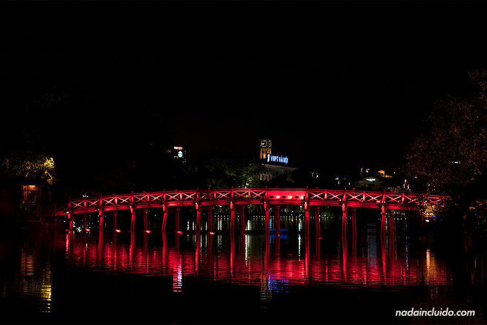 Iluminación nocturna del puente Huc sobre el Lago Hoan Kiem, Hanoi (Vietnam)