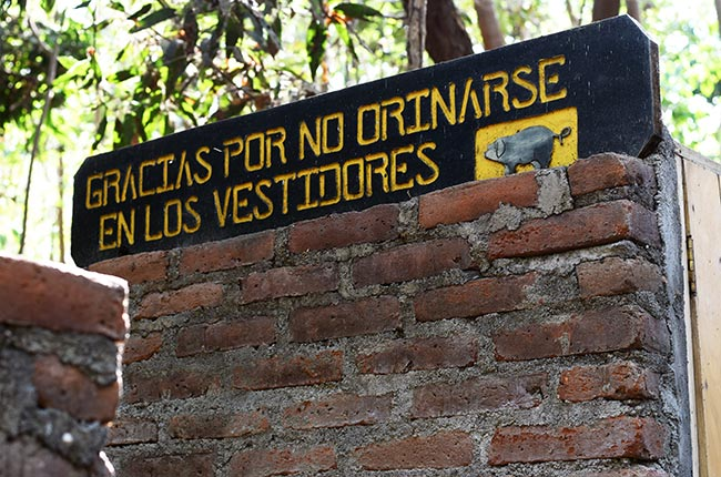 Cartel en las duchas de las termas de Ojo de Agua en la Isla de Ometepe (Nicaragua)
