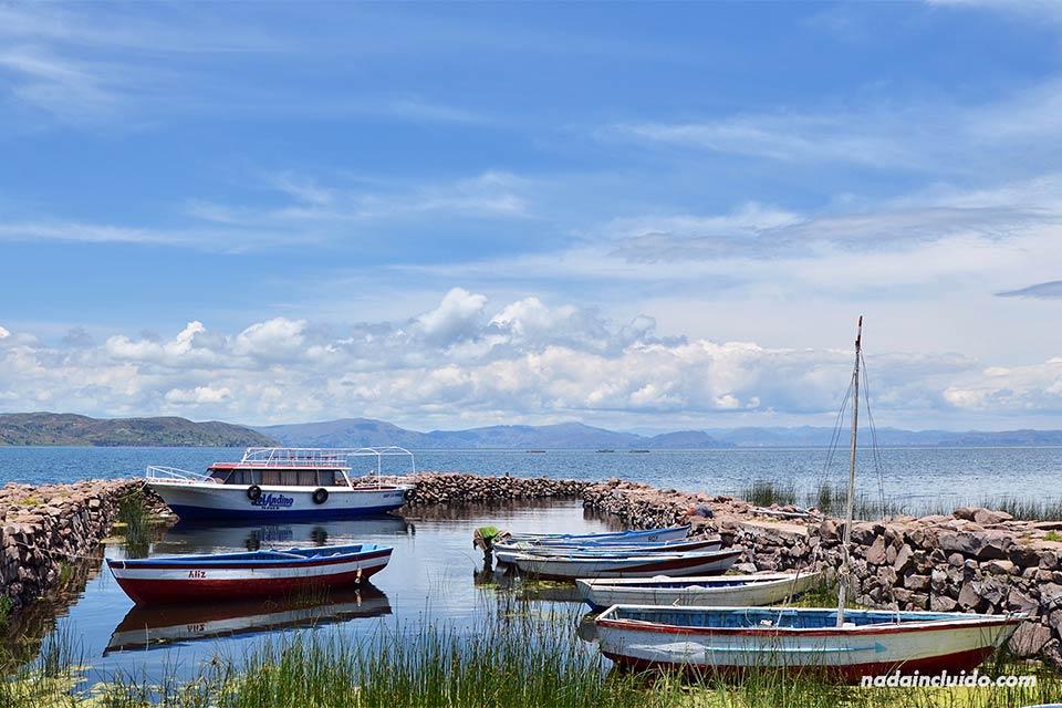 Barcas en el lago Titicaca a las orillas de Llachón (Perú)