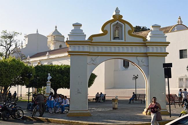 Plaza junto a la Iglesia Las Mercedes en León (Nicaragua)