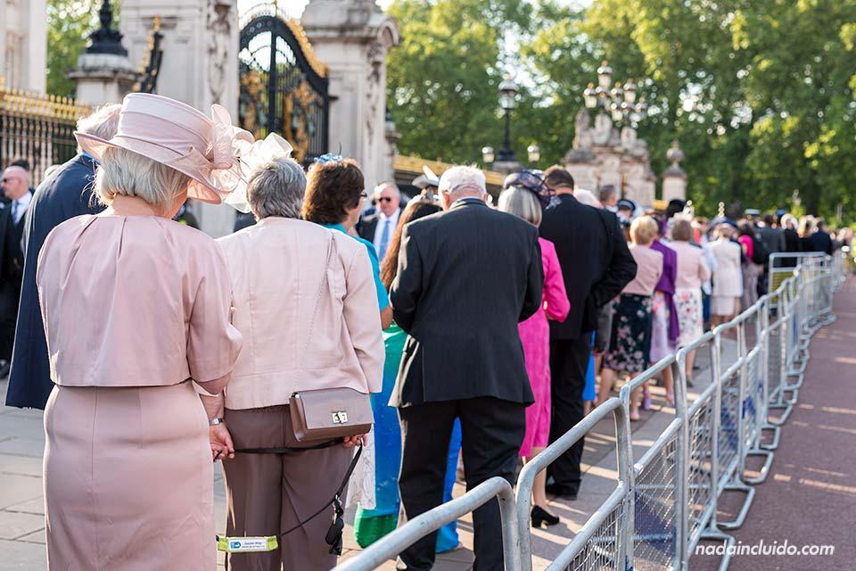 Gente muy arreglada esperando para entrar en el palacio de Buckingham (Londres, Inglaterra)