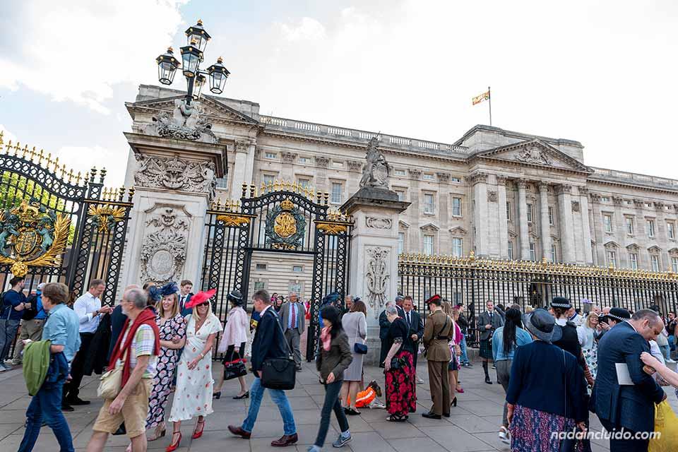 Turistas y locales en las puertas del palacio de Buckingham (Londres, Inglaterra)