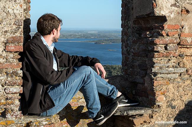 Asomado a una ventana del castillo de Monsaraz (Alentejo, Portugal)