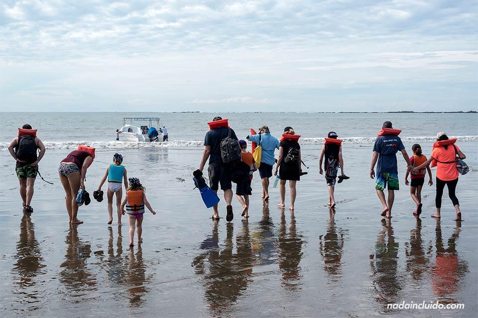 Turistas cogen un barco en playa Uvita para avistar ballenas en el parque nacional marino (Costa Rica)