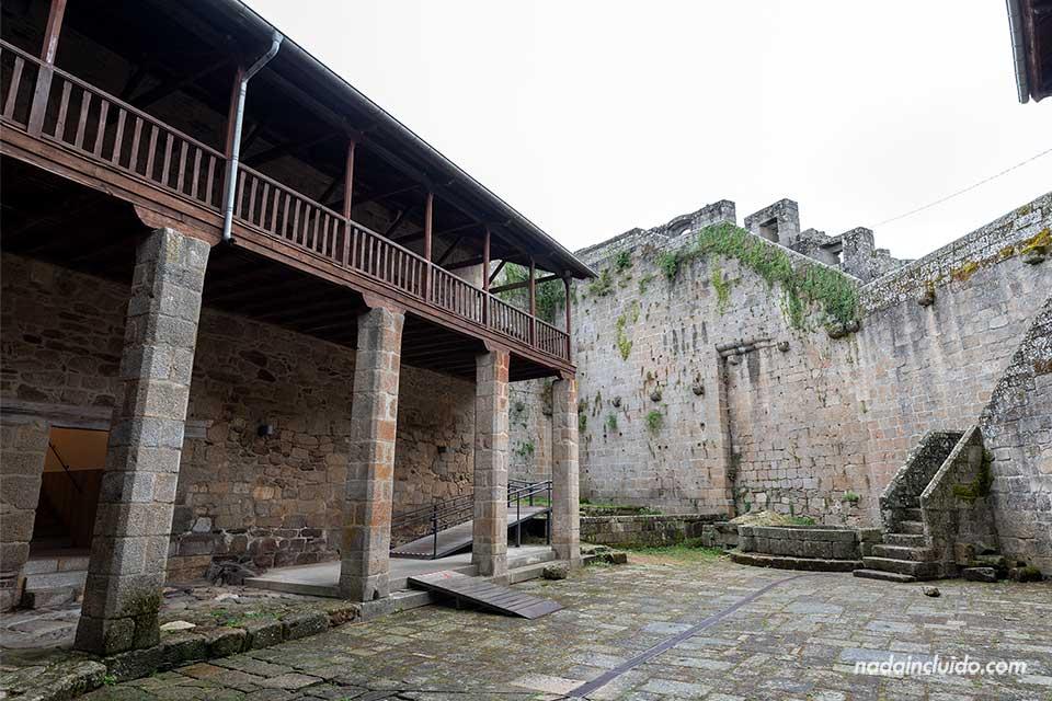 Patio de armas del castillo de Castro Caldelas, Ribeira Sacra (Galicia)