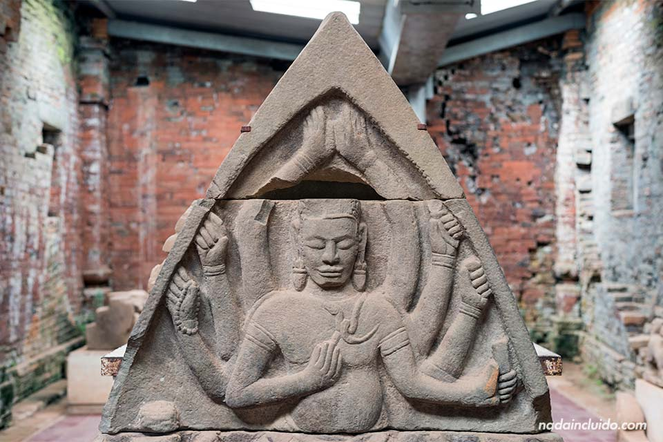 Estatua de Shiva en el interior de uno de los templos de My Son (Vietnam)