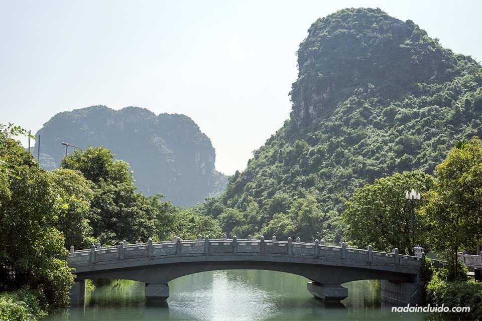 Puente sobre el río en Trang An, Ninh Binh (Vietnam)