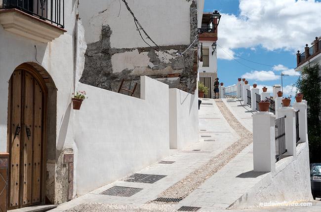 Rampa en las calles de Alozaina (Málaga)