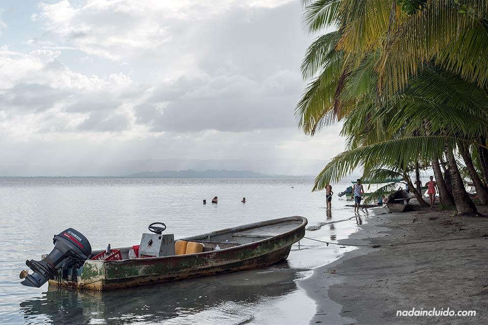 Bote junto a la orilla de la playa de las Estrellas de Bocas del Toro (Panamá)
