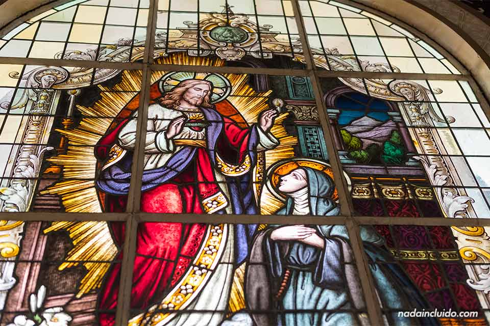 Vidriera en la Basílica Nuestra Señora de los Ángeles en Cartago (Costa Rica)